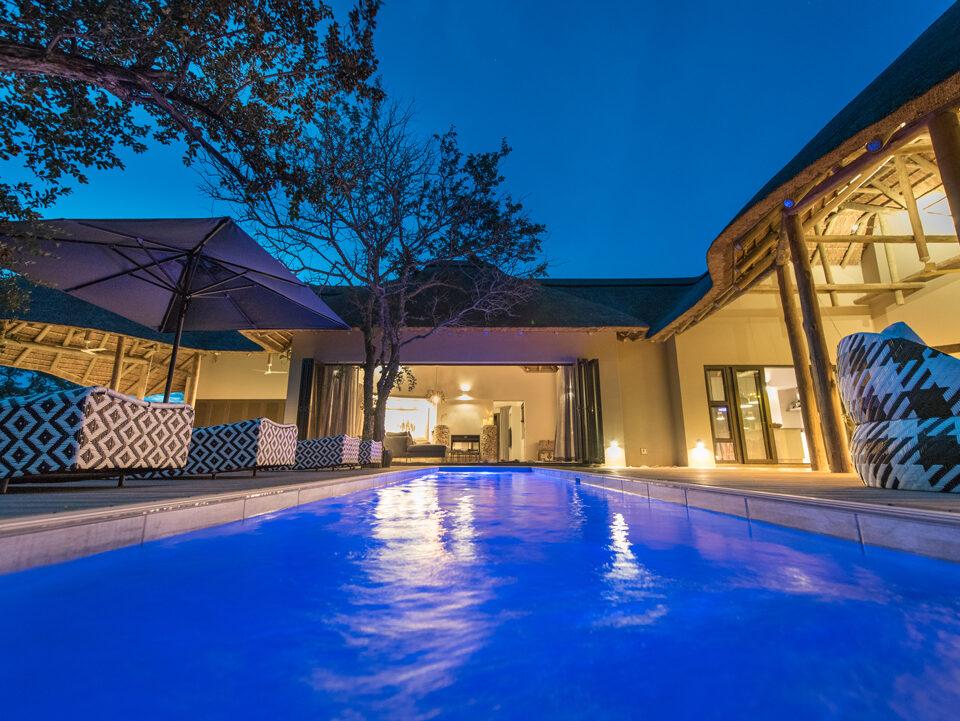 Villa Kudu swimming-pool by night